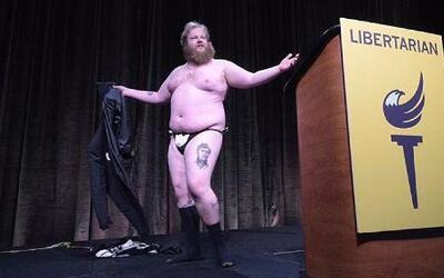 Un candidato del Partido Libertario hace un striptease durante la conven...
