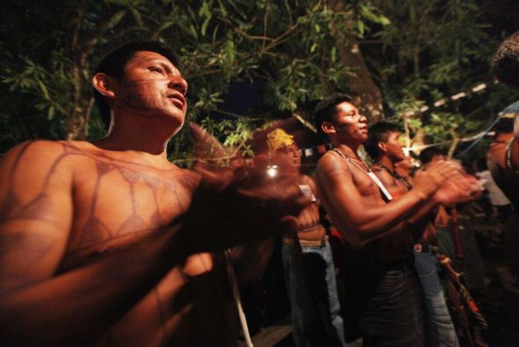 Los indígenas kayapó y otros pueblos indígenas de la zona llevan protest...