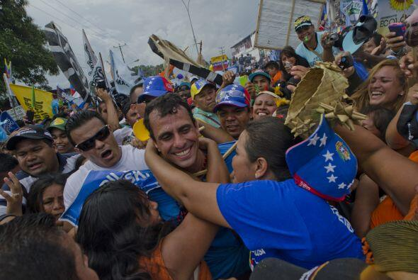 El presidente venezolano, Hugo Chávez, y el candidato de la oposición a...