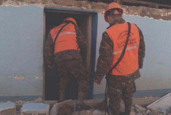 oldados evacuan a familias en casas de Guatemala que fueron afectadas po...