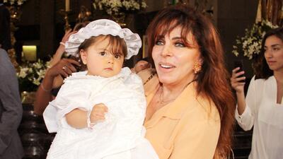 La abuelita Verónica Castro disfruta a su nieta como nadie