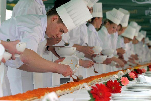 Los cocineros ponen caviar rojo en un intento de hacer el bocadillo más...
