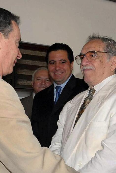 El presidente colombiano, Alvaro Uribe, habla con el escritor colombiano...
