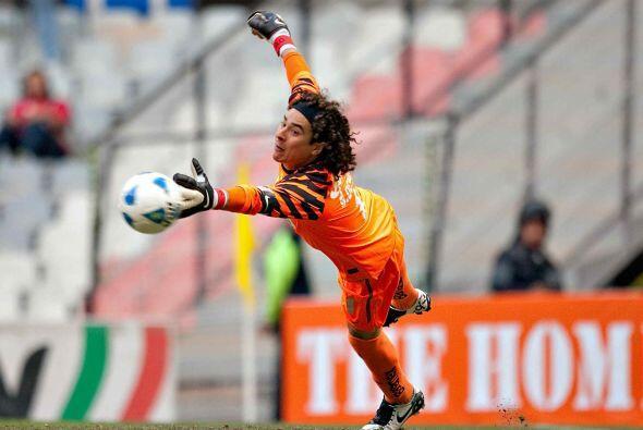 Para el verano de 2011, el contrato de Guillermo Ochoa con Améric...
