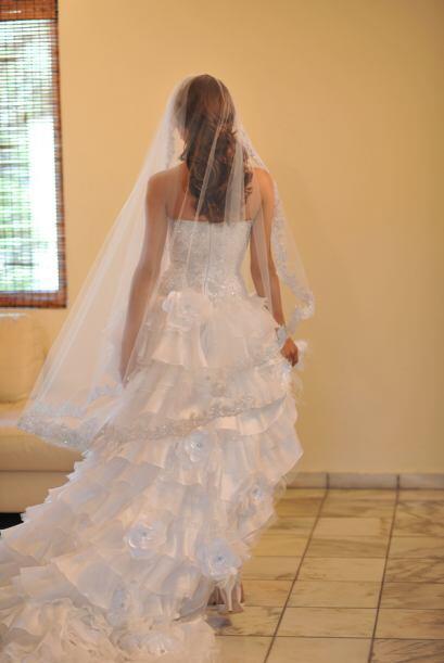 Para deleitarnos con los detalles hechos a mano de su vestido se dio la...