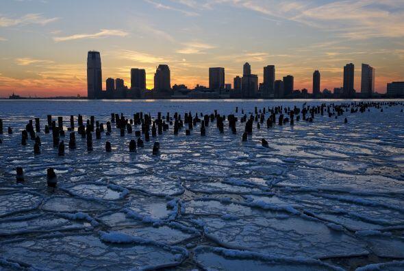 Témpanos de hielo llenan el río Hudson, a lo largo del pas...
