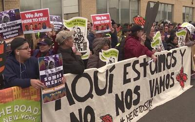 Con una muralla humana protestaron en las oficinas de ICE en Elizabeth,...