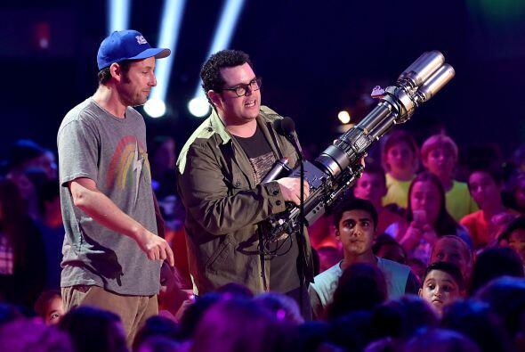 Adam Sandler y Josh Gad también quisieron bromear un poco.