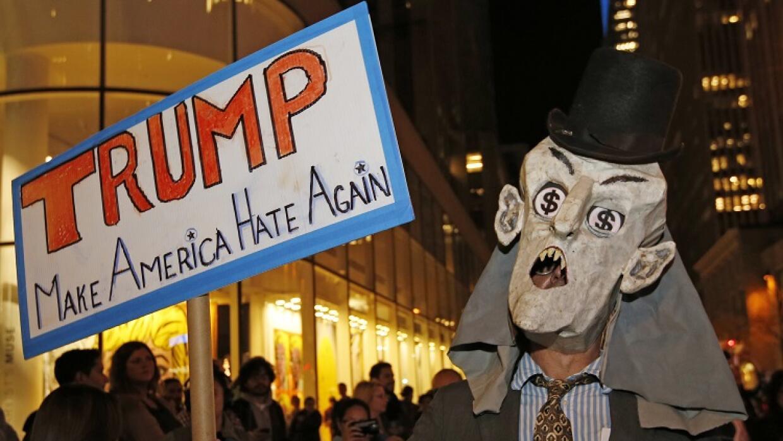 Manifestante contra NBC y Trump.