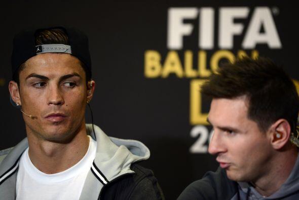 Cristiano Ronaldo escuchaba cómo Lionel Messi lo elogiaba.