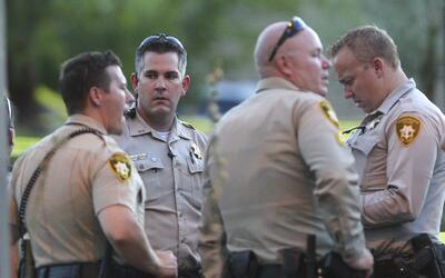 Un grupo de policías en las afueras de una farmacia en Las Vegas, donde...