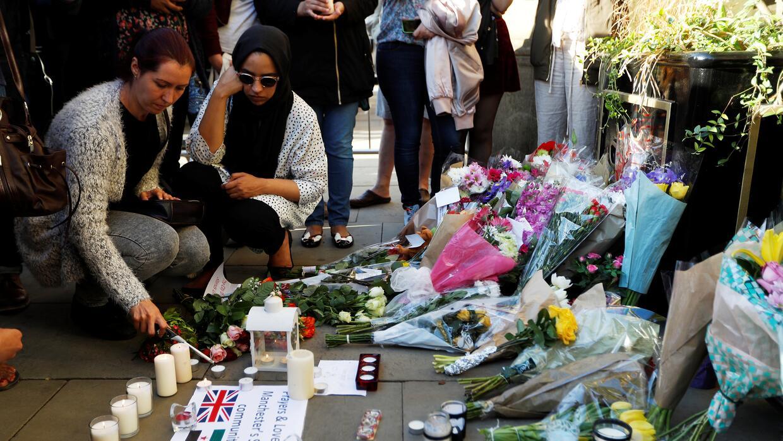 Decenas realizaron una vigilia para honrar a las víctimas del ate...