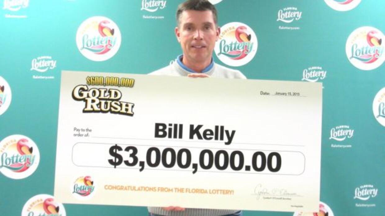 Bill Kelly pagó $20 dólares por cada boleto y los colocó en las tradicio...