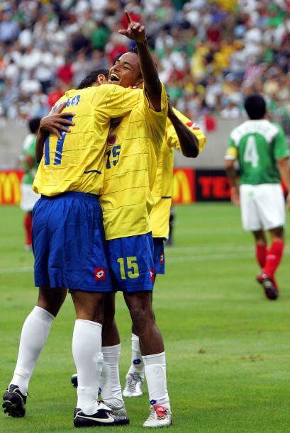 En 2005 el cuadro de Ricardo LaVolpe cayó de nuevo contra uno de los inv...