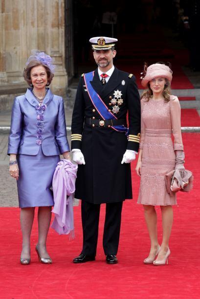 La reina Sofia de España usó vistoso tocado lila confeccionado en tul y...