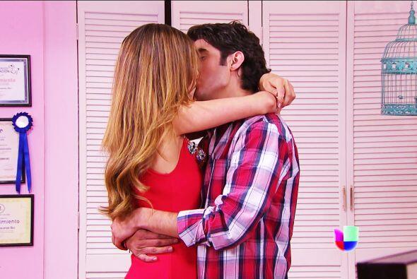 Un cariñoso beso no podía faltar, se ve que nacieron el uno para el otro.