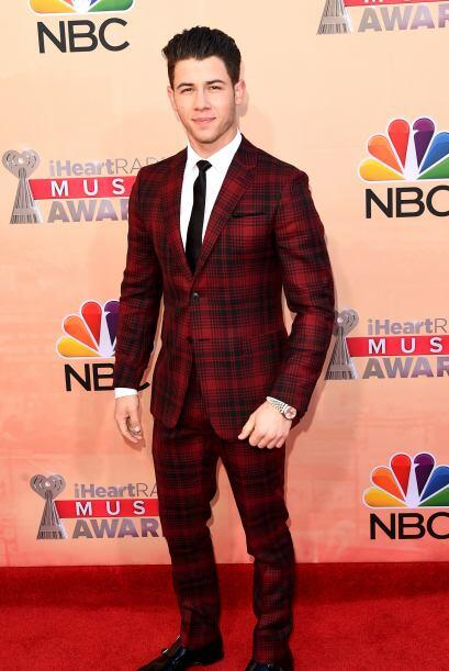 Nick Jonas llegó muy cuadriculado, pero guapísimo a la alf...