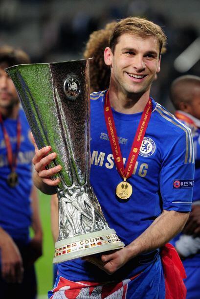 El héroe del partido Ivanovic, cargando el trofeo.