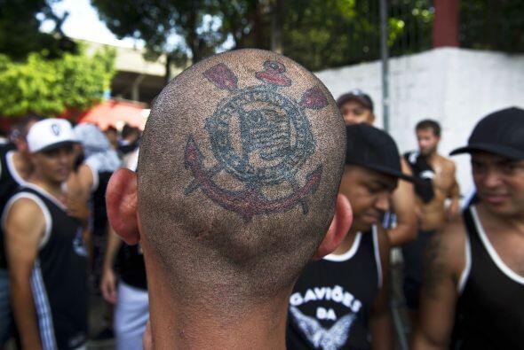 Los miembros de la torcida del Corinthians, Gavioes da Fiel, antes del p...