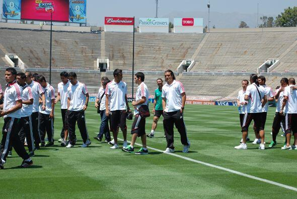 Varios futbolistas comenzaban a caminar por el césped, aunque a H...