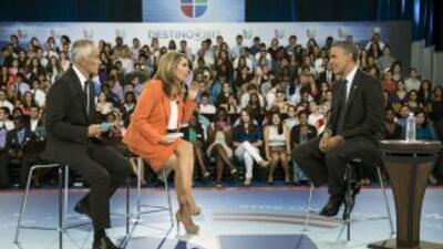 El presidente Barack Obama junto a los periodistas Jorge Ramos y María E...