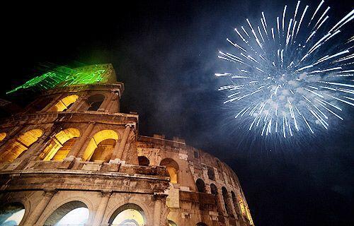 Fuegos artificiales iluminan el Coliseo Romano en Italia.