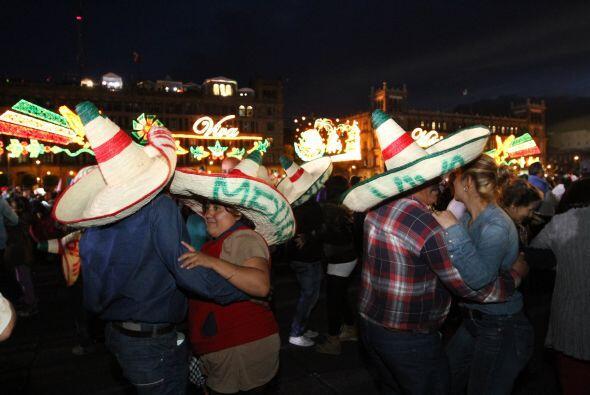 Momentos antes del evento, el Zócalo capitalino se convirtió en una gran...
