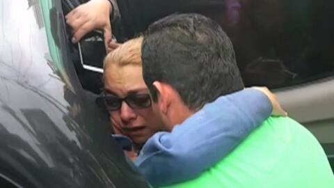Padres lloran de alegría al poder abrazar de nuevo a su hijo tras estar...