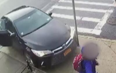 Impactantes imágenes de un automóvil que atropella a una joven en Brooklyn