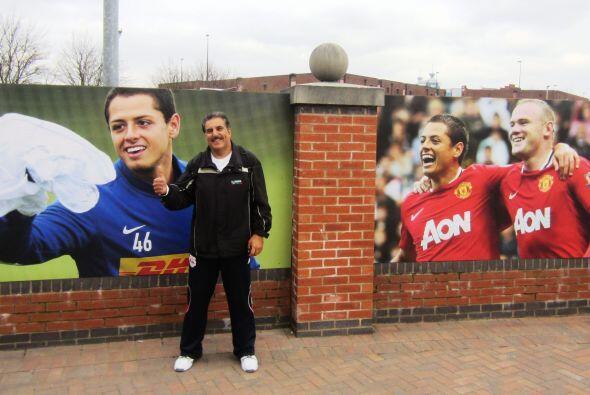 En las afueras del Estadio del Man United el 'Chicharito' tiene sus post...