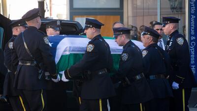 Solemne funeral a policia hispano asesinado en Nueva York