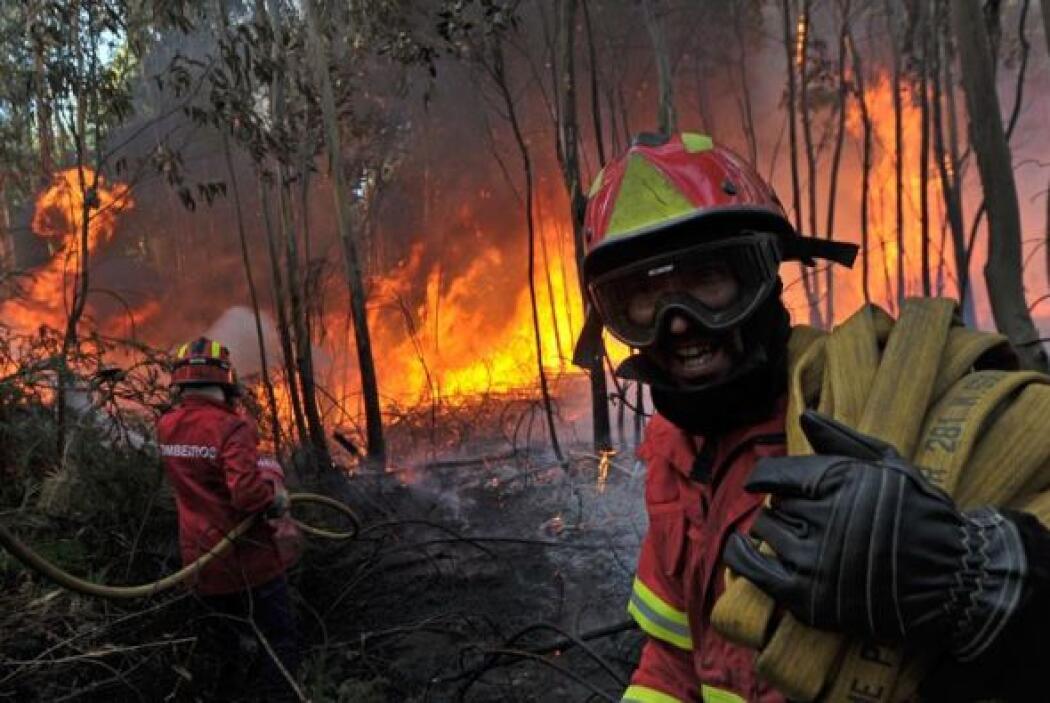 Bomberos trabajan en la extinción de un incendio forestal en Carregal do...
