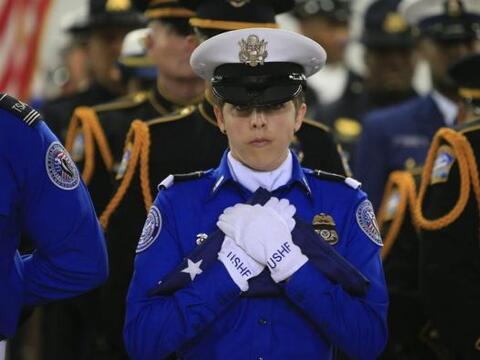 Una oficial de la Administración de Seguridad en Transporte (TSA)...
