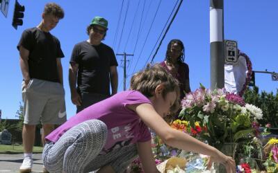 Colocan ofrendas por los dos hombres asesinados en el tren de Portland