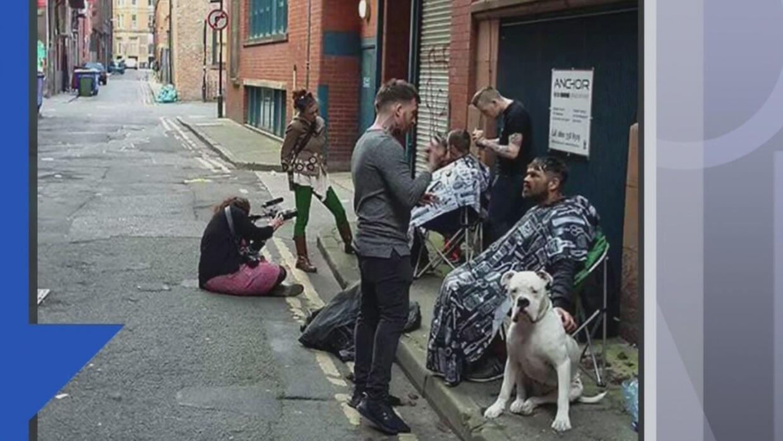 El dueño de una peluquería de Inglaterra usa su tiempo libre para cortar...