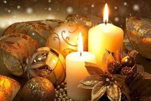 Las velas con un conjunto de esferas armonizan el ambiente. Si son aromá...