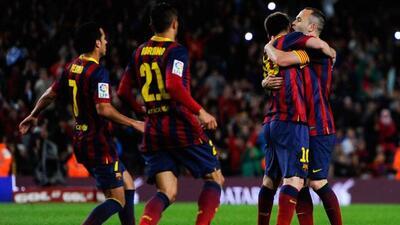 Iniesta felicita a Messi luego de su gol de tiro libre, aunque el argent...