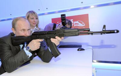 El presidente ruso Vladimir Putin con una réplica de un fusil Kal...