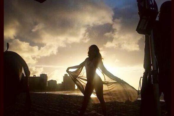 Diswfrutando de una candente sesión fotográfica en la playa.