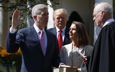 Se juramenta Neil Gorsuch como el juez número 113 de la Corte Suprema de...