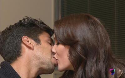 El jugador de Pumas, Eduardo Herrera y Carolina Moran, conductora de tel...
