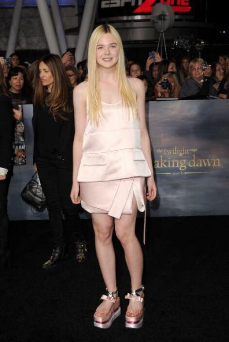 Elle Fanning no debería de ser sentenciada por su fatal modo de vestir,...