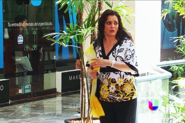 Sí, es ella, ¡es María! Lleva la pañoleta amarilla que Lulú te comentó.