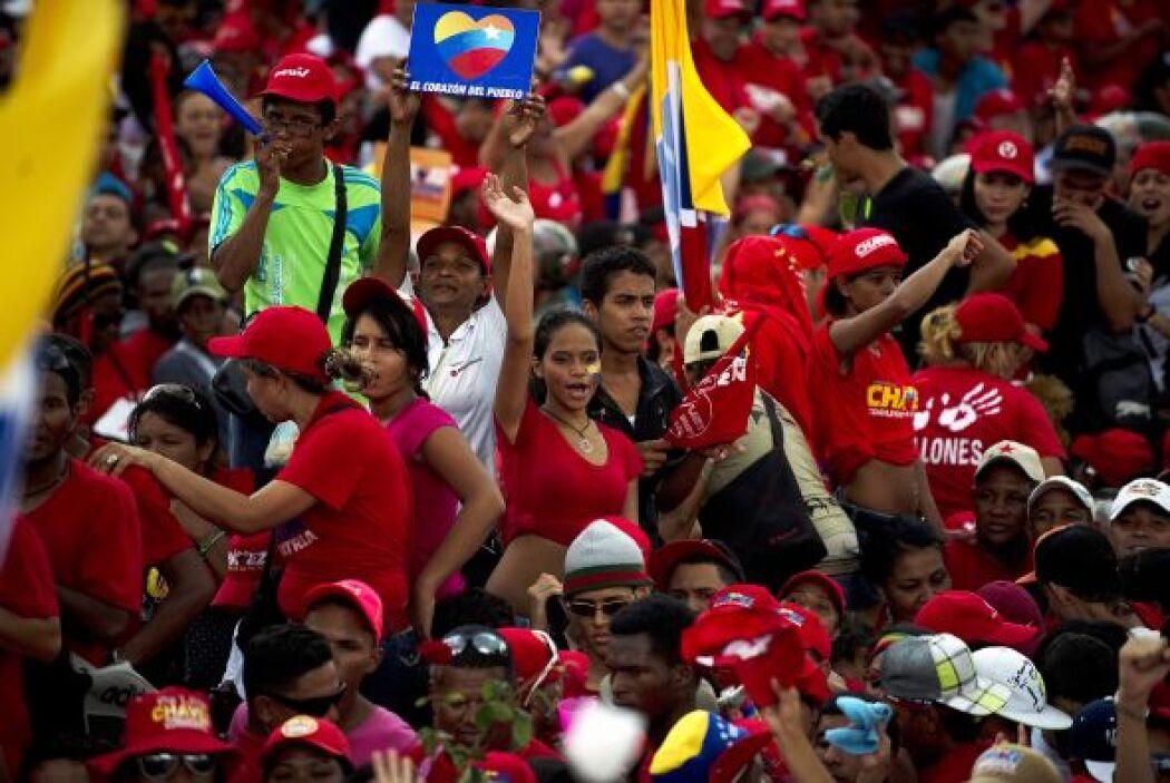 El mandatario de Venezuela y aspirante a la reelección, Hugo Chávez, cer...