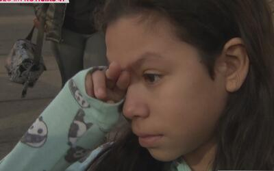 Entre lágrimas, esta pequeña suplica a agentes de ICE que liberen a su p...
