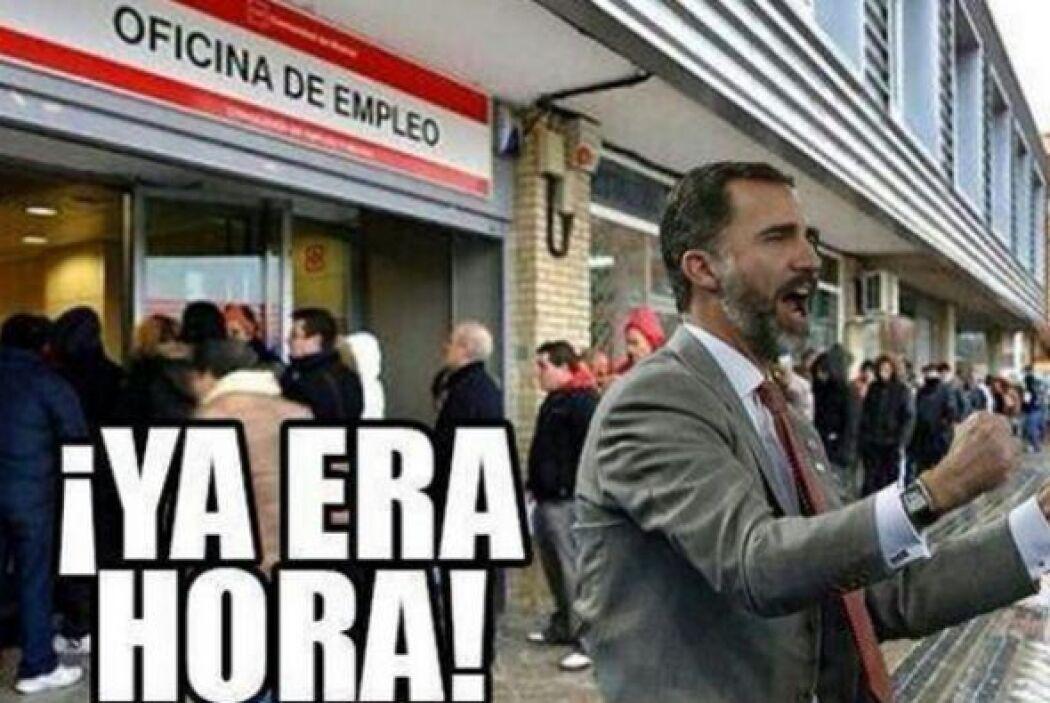 En este meme vemos a Felipe afuera de una oficina de empleo, celebrando...