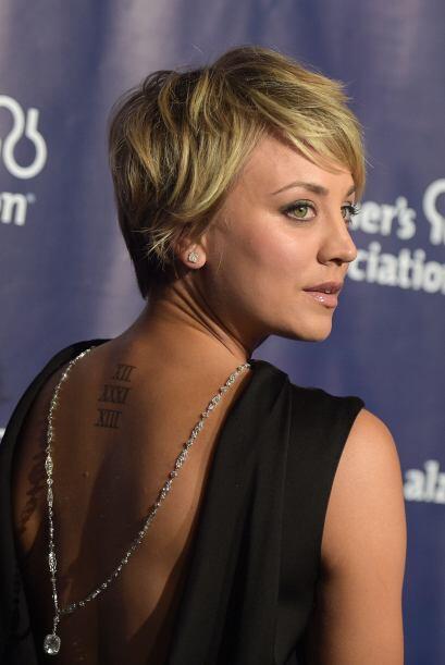 'Backless'. Un vestido con espalda abierta, acompañado por un collar que...