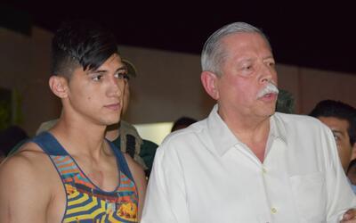 El jugador de fútbol Alan Pulido luego de su liberación junto al goberna...