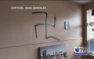 Autoridades buscan a responsables de pintar grafitis ofensivos en una ba...