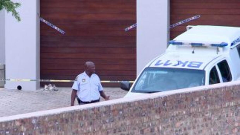 La policía sudafricana encontró un bate de cricket manchado de sangre en...
